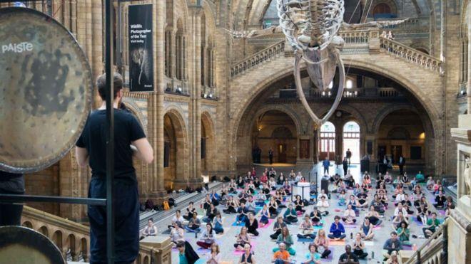İngiltere Ulusal Tarih Müzesi sergileri gezmeden önce ziyaretçilere yoga imkanı sunuyor