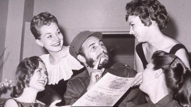 Fidel Castro rodeado de mujeres