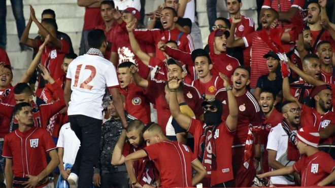 طرفدران تیم اتحاد الجزایر در یکی از بازیهای این تیم