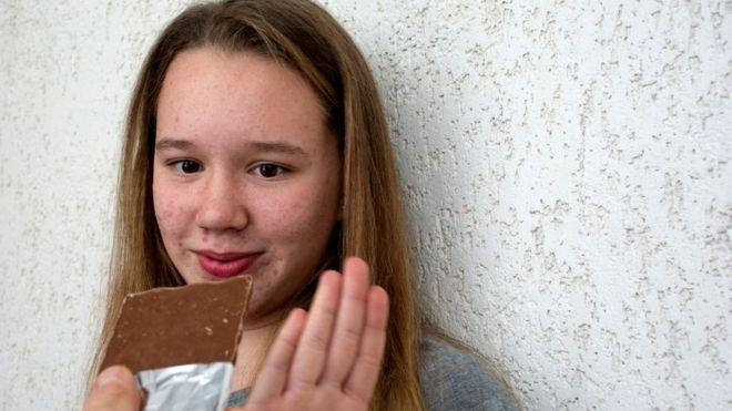 Niña que rechaza un chocolate
