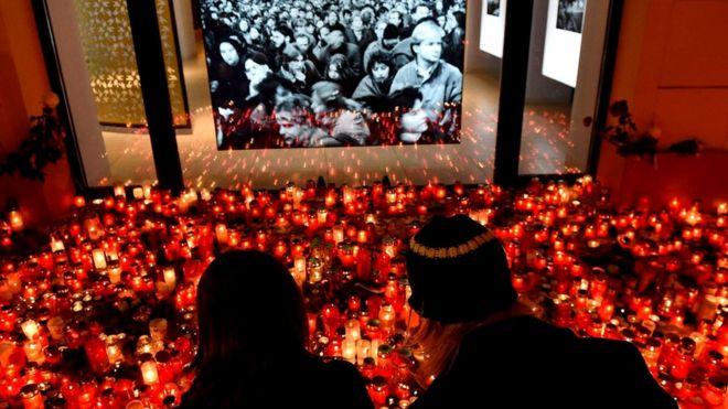 """Свечи к мемориалу Бархатной революции в Праге. В 1989 году власть коммунистов в Чехословакии пала - еще одно подтверждение """"правила 3,5%"""", выведенного Ченовет"""