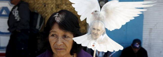 Люди ждут прибытия папы Франциска в базилику Гуадалупе в Мехико, 13 февраля 2016 г.