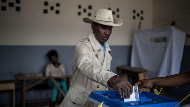 Ouverture des bureaux de vote à madagascar bbc news afrique
