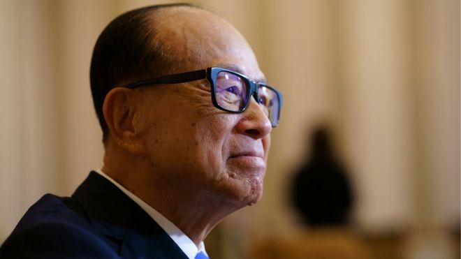 الملياردير لي كا شينغ يتبرع بتحمل نفقات تعليم صف جامعي صيني كامل