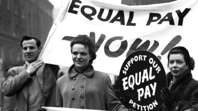 Дебаты о равной оплате труда идут многие десятилетия: на снимке активисты на митинге в Лондоне, 1954 год