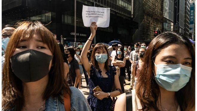 香港政府宣布推出《禁蒙面法》之际,市民继续带口罩上街抗议。