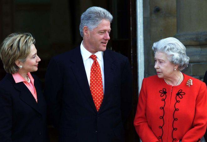 2000年,美国总统比尔·克林顿(Bill Clinton)与其妻子希拉里在伦敦白金汉宫与英国女王会面