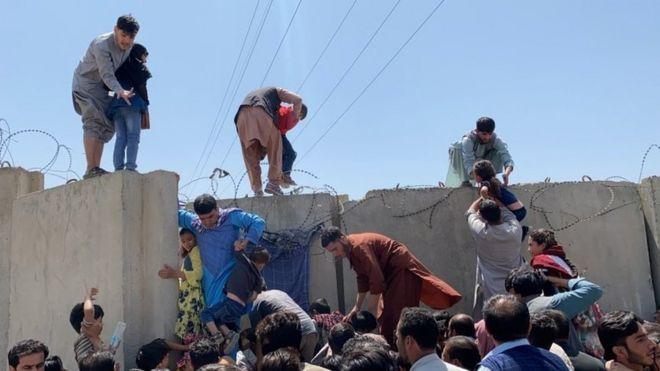 موطنون أفغان يحاولون الهرب