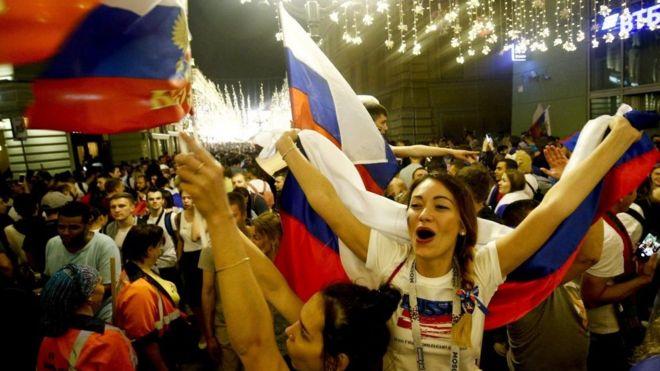Hinchas celebran la clasificación rusa