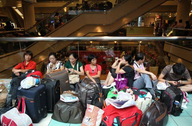 在数次大游行和立法会冲击后,香港抗议修例的示威者开始寻求用其他方式引起关注,他们将目光转向大陆游客