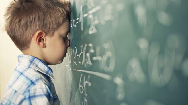 Menino frustrado com a matemática