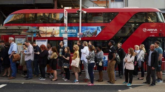 Автобусы ожидают лондонского автобуса