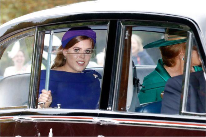 الأميرة بياتريس أميرة يورك وأمها سارة فيرغسون (إلى اليمين)