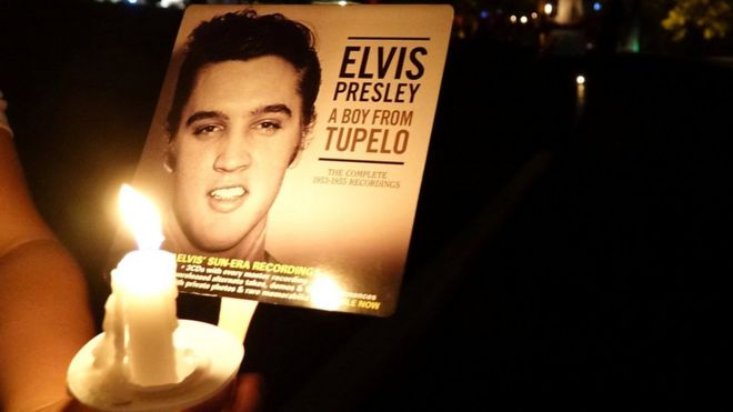 Elvis Presley: Thousands turn out for Candlelit vigil - BBC News