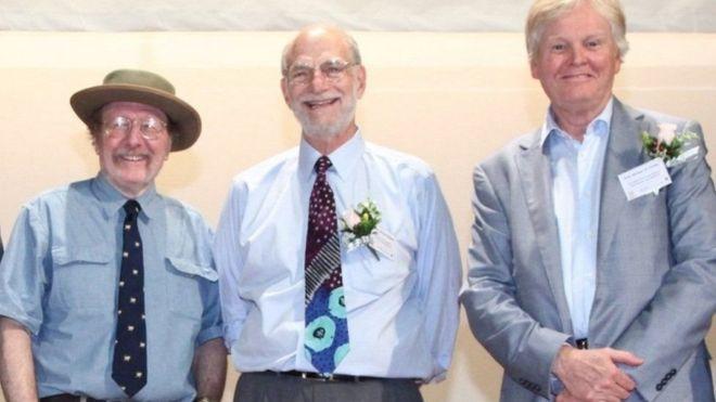 العلماء الثلاثة جيفري هول ومايكل روسباش ومايكل يونغ