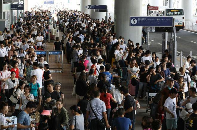 """日本關西機場9月4日遭""""飛燕""""颱風侵襲,機場跑道和候機樓一樓被淹,機場關閉,導致近5000人滯留機場。"""