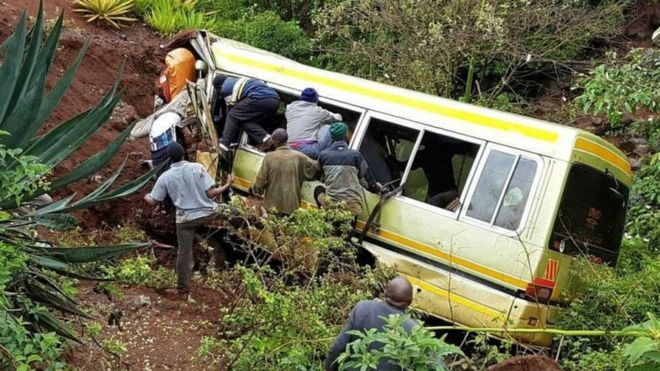 People try to rescue survivors after the bus crash in northern Tanzania. Photo: 6 May 2017