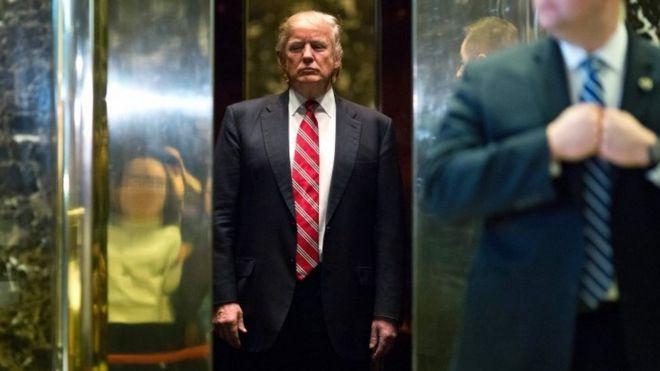 Дональд Трамп садится в лифт после сопровождения Мартина Лютера Кинга III в вестибюль после встреч в башне Трампа в Нью-Йорке