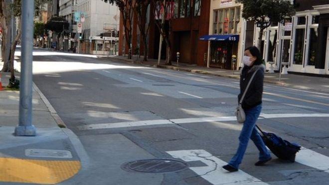 Một người trên đường phố San Francisco hôm 26/3/2020