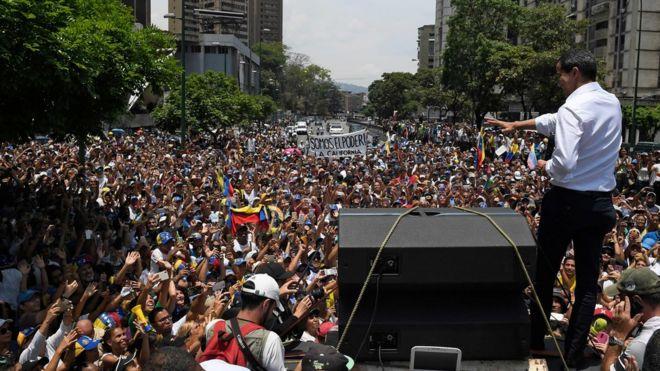 O líder da oposição da Venezuela, Juan Guaidó, fez uma manifestação em Caracas. Ele pediu um protesto maciço para aumentar a pressão sobre o presidente Nicolás Maduro.