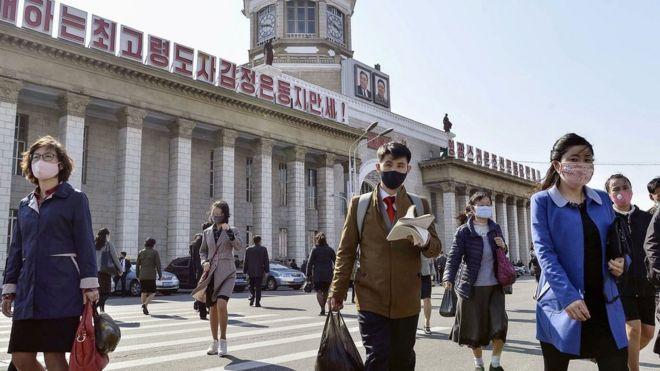 Ciudadanos con mascarillas protectoras en Pyongyang, Corea del Norte, 27 de abril, 2020