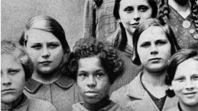 ما هو سر الصورة القديمة لتلميذة سوداء في مدرسة نازية؟