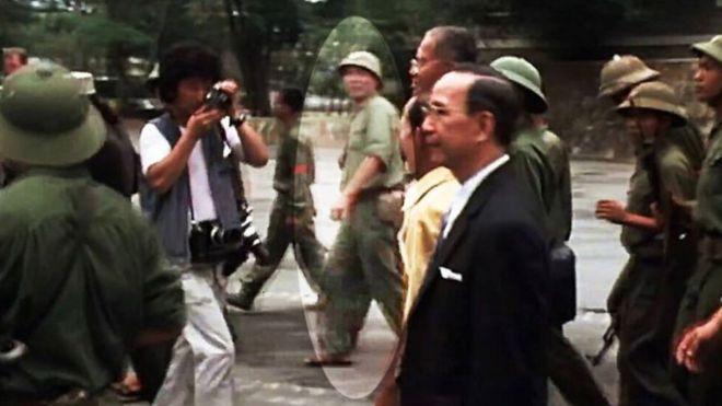 Chính ủy Tùng cùng các ông Dương Văn Minh trên đường từ sân Dinh Độc Lập ra hai chiếc xe jeep để đến đài phát thanh