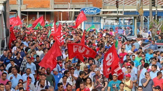Metalúrgicos da Ford, em protesto na frente da empresa