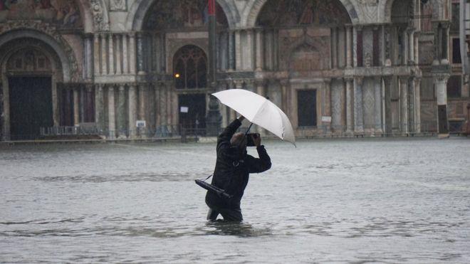 Hombre fotografía las inundaciones en Venecia.