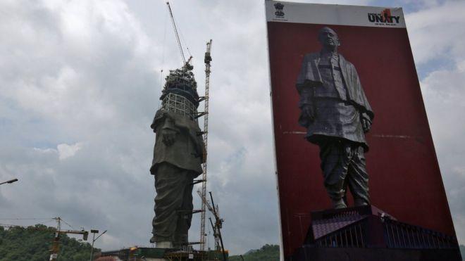 Estátua de Sardar Vallabhbhai Patel no estado de Gujarat, Índia em Agosto de 2018.