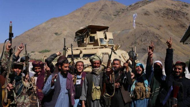عناصر من حركة طالبان يقفون لالتقاط صورة بعد أن سيطروا على وادي بانشير، في 6 سبتمبر/أيلول 2021