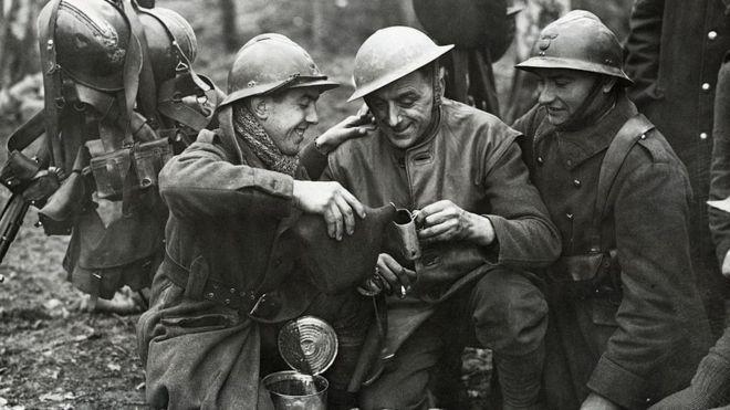 soldados británicos y franceses comparten bebidas alcohólicas 1939