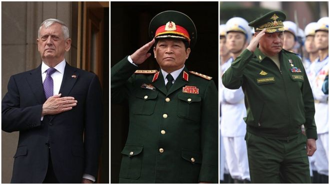Bộ trưởng Quốc phòng Việt Nam Ngô Xuân Lịch (giữa) sẽ có hai cuộc gặp liên tiếp với người đồng cấp Nga, Sergei Shoigu (phải) và Hoa Kỳ, tướng Jim Mattis