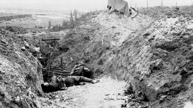 Трупы германских солдат в окопах во время битвы на Сомме (ноябрь 1916 г.)