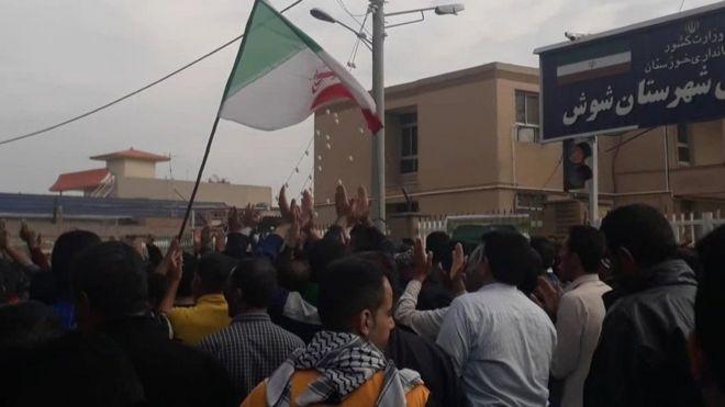 هفت تپه؛ یازدهمین روز اعتصاب کارگران با شعار 'زنده باد اختلاسگر' نیکی محجوب / بیبیسی