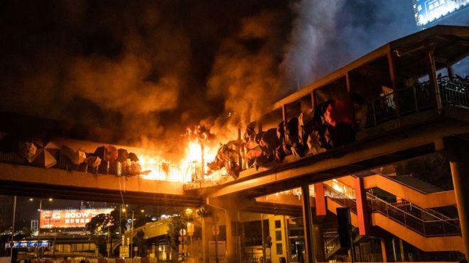 Một ngọn lửa bùng lên ở đoạn cầu nối trường đại học Bách Khoa và ga tàu Hung Hom hôm 17/11