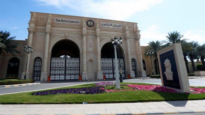 La fachada principal del hotel Ritz-Carlton en Riad, la capital saudita.