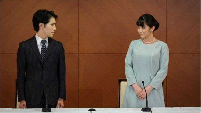 結婚後、報道陣の前で心境を読み上げた眞子さんと小室さん(26日午後、都内)