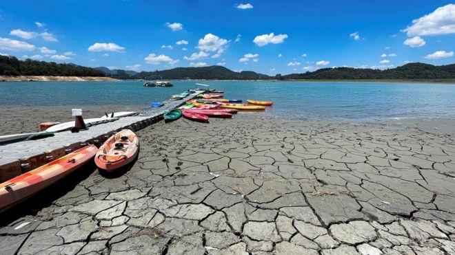 Tierra resquebrajada por la sequía junto a un río