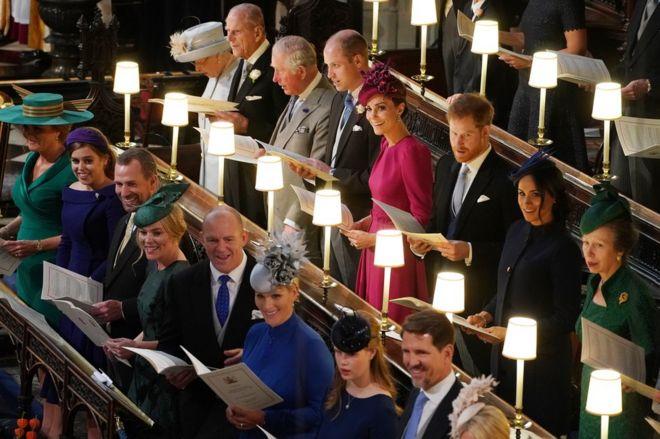 الملكة إليزابيث الثانية ، دوق أدنبره ، أمير ويلز ، دوق كامبريدج ، دوقة كامبريدج ، دوق ساسكس ، دوقة ساسكس والأميرة الملكية ، (من اليسار إلى اليمين) سارة فيرغسون ، الأميرة بياتريس بيتر فيليبس ، فيست فيليبس ، مايك تيندال ، زارا تيندال ، ليدي لويز مونتباتن-ويندسور وولي العهد بافلوس اليونان في حفل زفاف الأميرة أوجيني إلى جاك بروكس بانك في كنيسة سانت جورج في وندسور كاسل