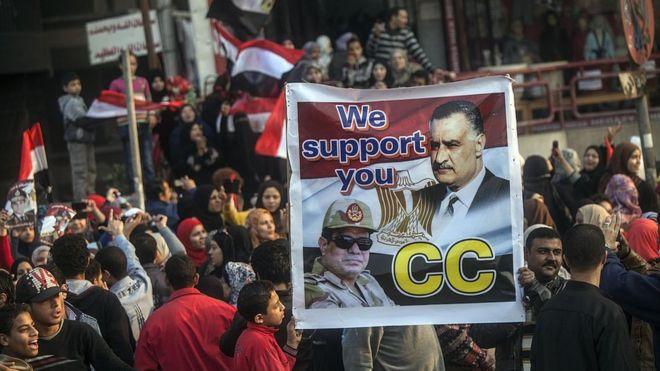 متظاهرون يرفعون صورة تجمع بين عبد الناصر والسيسي