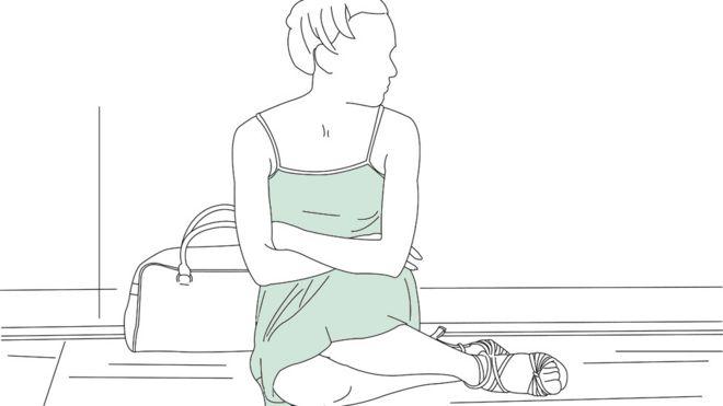 여자가 바닥에 앉아
