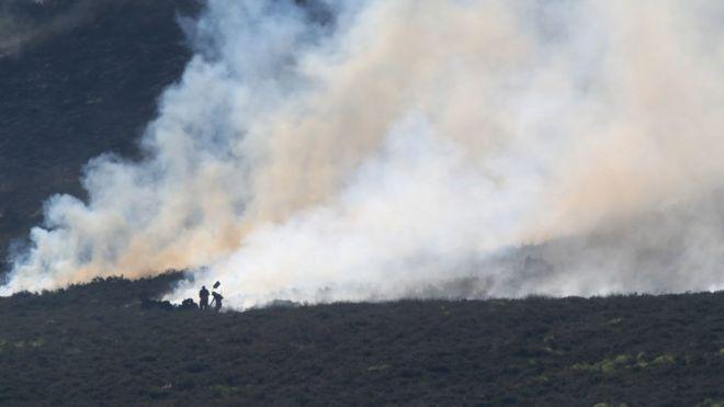 Пожарные борются с пожаром на Садлворт Мур