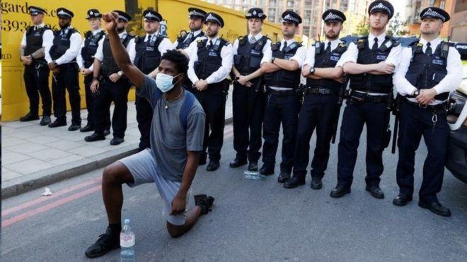 香港六四烛光会被取消:英国限聚令下的集会自由与警方对策