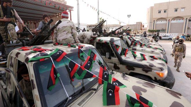 Члены альянса поддерживаемых исламистами боевиков стоят на пикапах в городе Сабрата, к западу от Триполи, Ливия, 28 февраля 2016 года