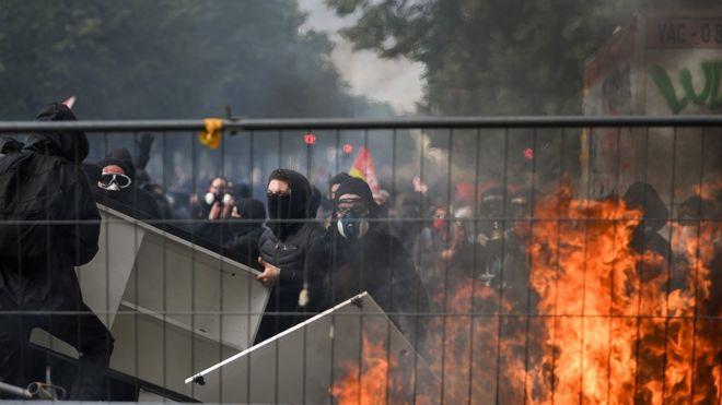 """پلیس می گوید حدود هزار نفر از اعضای """"بلوک سیاه"""" در این روز به خیابان آمدند"""