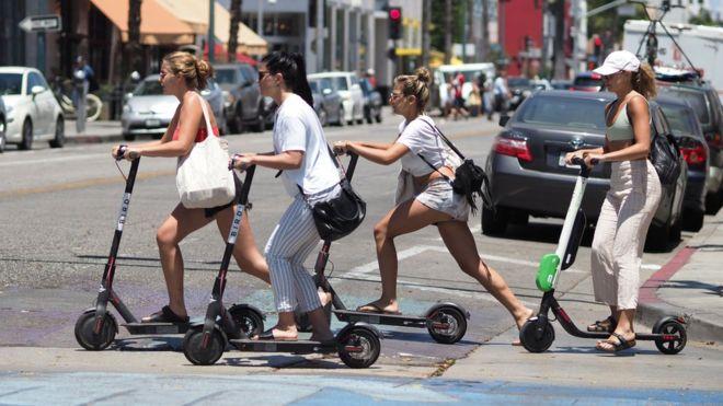 Mujeres andando en monopatines en California.
