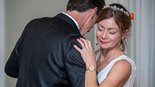 Amanda McCracken dançando com o marido, Dave, no dia do casamento