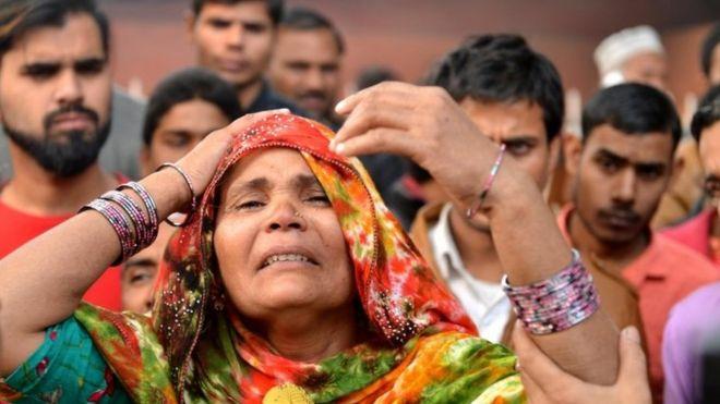 Hindistan'daki yangında yakınını kaybeden bir kadın