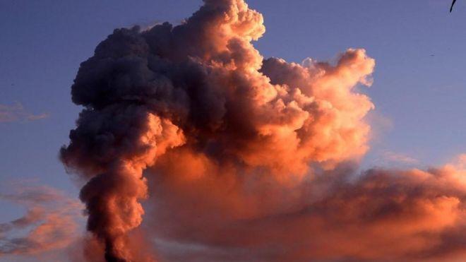 Nube de humo y cenizas saliendo de un volcán